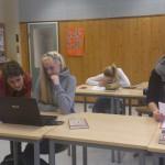 Årets kritiker: Guri Fjeldberg ble i dag kåret til Årets kritiker. Her veileider hun elever ved Lundenes skole. Foto: Hege Fjeld.