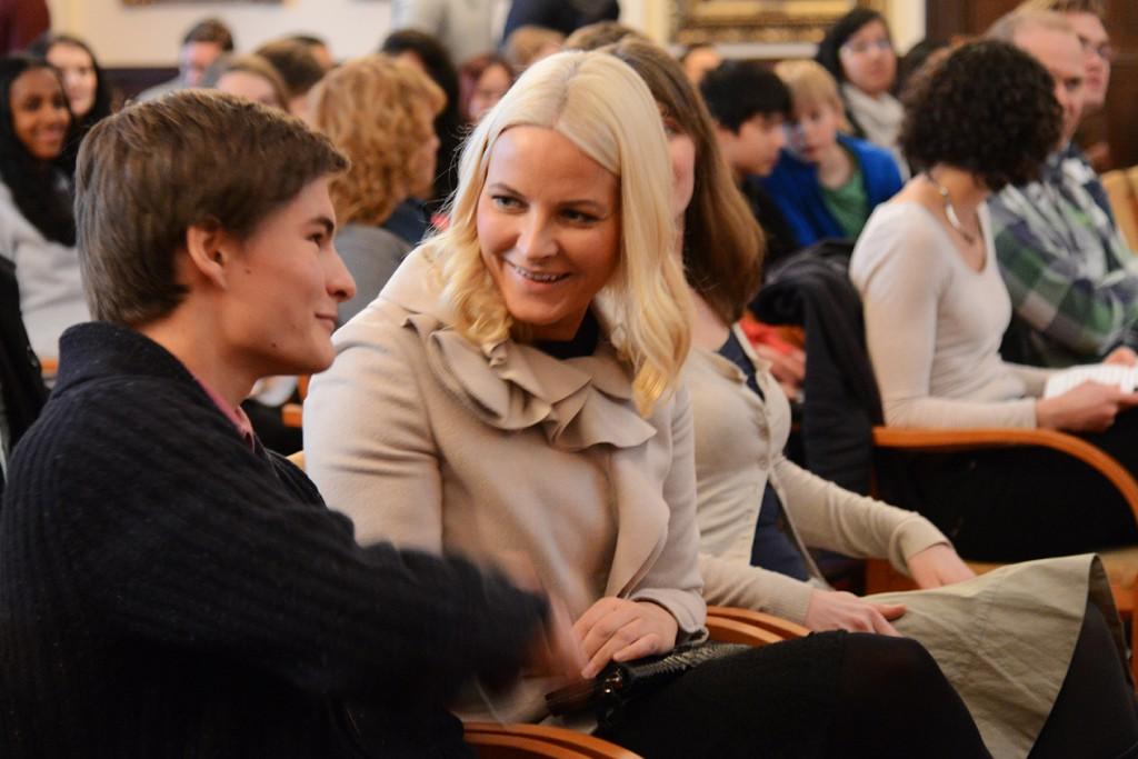 Redaksjonsrådets Mathias Weseth hilser på Kronsprinsesse Mette Marit