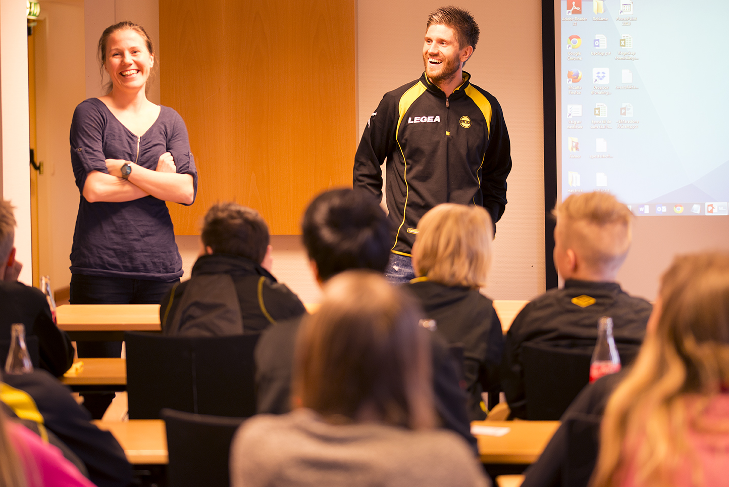 Forbilder: Mari Knudsen og Erik Nevdal Mjelde fra Lillestrøm snakket om fotball og lesing til de unge tilhørerne. Foto: Vibeke Røgler/Foreningen !les.