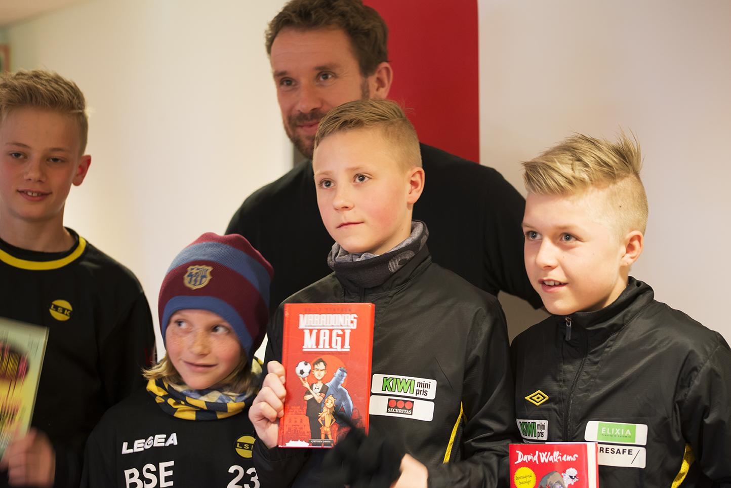 """Leselyst: De unge spillerne på Lillestrøm ble inspirert til å lese Arild Stavrums bok, """"Maradonas magi"""". Foto: Vibeke Røgler/Foreningen !les."""