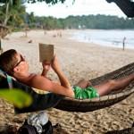 Avslappende: Sommeren er en fin tid for å slappe av med en bok.