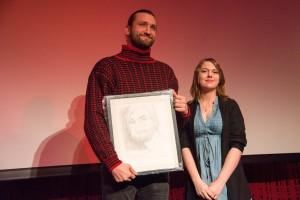 Stolt vinner Birger Emanuelsen mottar her beviset på at han er ungdommens favoritt av juryrepresentant Helene Granli ved Stange vgs. Foto: Vibeke Røgler/Foreningen !les.
