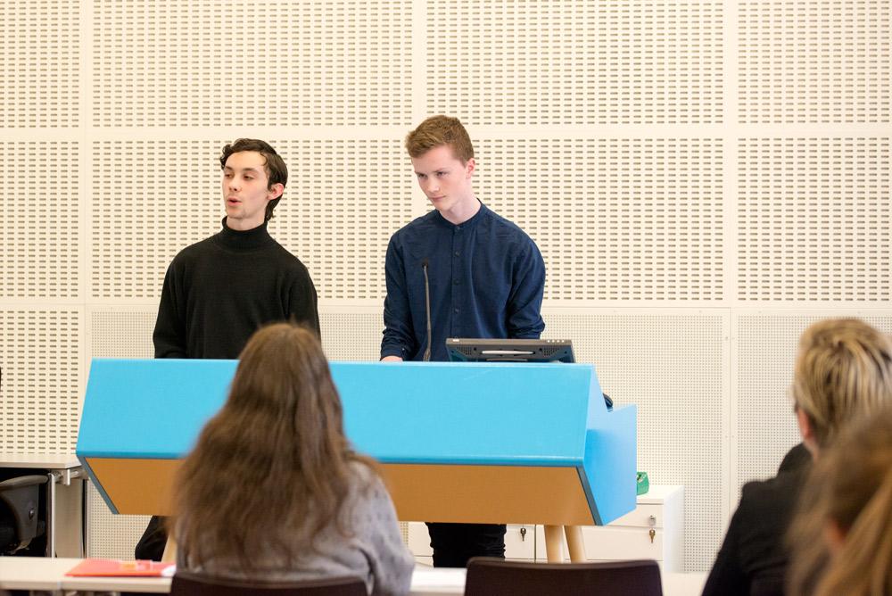 Lesere: To elever ved Oslo By Steinerskole gikk gjennom sine lesninger av vinnerbøkene i Ungdommens kritikerpris. Foto: Vibeke Røgler/Foreningen !les.