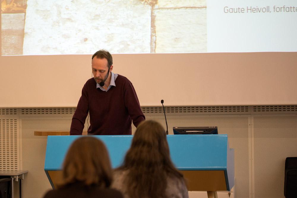 Prolog: Forfatter Gaute Heivoll har vært nominert to ganger til Ungdommens kritikerpris. Han åpnet seminaret ved å lese en helt ny novelle. Foto: Vibeke Røgler/Foreningen !les.