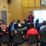 Forbilde: Forfatter Arild Stavrum snakker om fotball og lesing til fotballgutter fra Skedsmo. Foto: Nina Bigum Udnesseter.