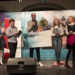 Vinner: Alexander Løken mottar beviset på at han er historiens første vinner av Bokslukerprisen. Her sammen med elever fra hver av de fem juryklassene. Foto: Vibeke Røgler/Foreningen !les.