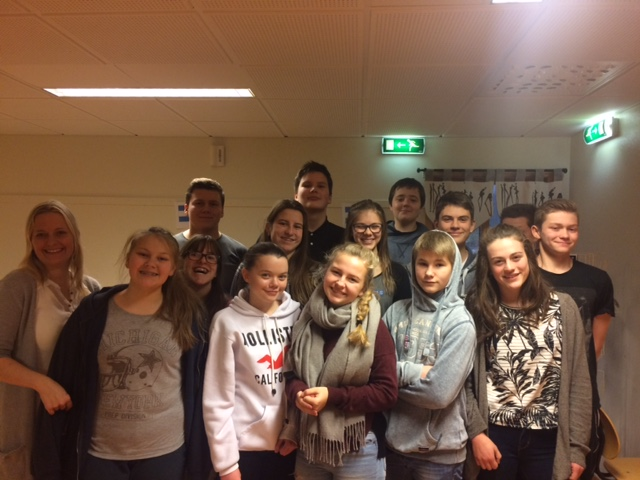 Jubler: Når bøkene ankommer Søvik oppvekstsenter jubler lærer Grethe Zahl og elevene i 9. og 10. klasse.