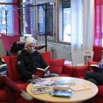 Mer litteratur: Disse elevene ved Samisk videregående skole i Karasjok er ikke bortskjemte på samiskspråklig litteratur, mener skolens bibliotekar Nina Ødegaard.